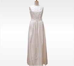 普段着のセンスがうかがえるナチュラルなドレス