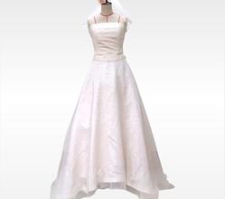バージンロードに生えるバックコンシャスなドレス